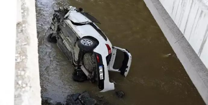 Otomobil Harşit Çayı'na uçtu: 3 yaralı